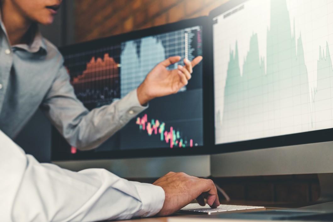 Photo de courtiers qui analysent le cours de la bourse