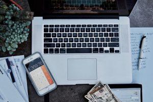 Photo d-un ordinateur portable avec des affaires de bureau