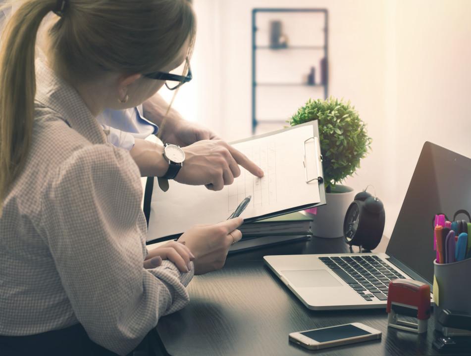 Photo d'une femme discutant avec un collègue