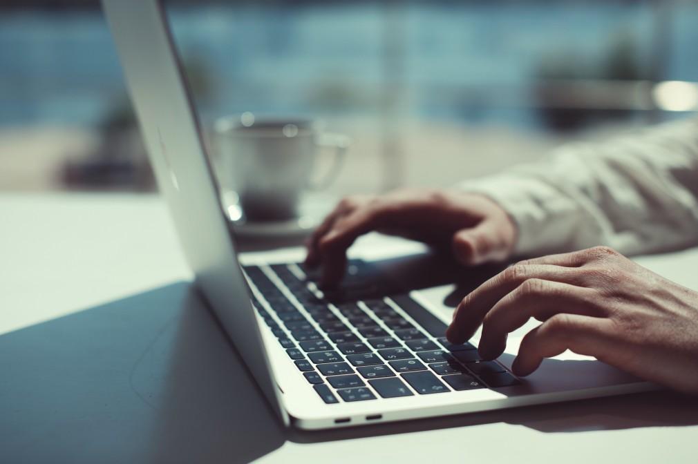 Photo d'un homme utilisant son laptop