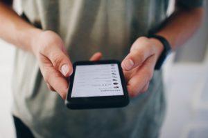 Photo d'un homme utilisant son smartphone