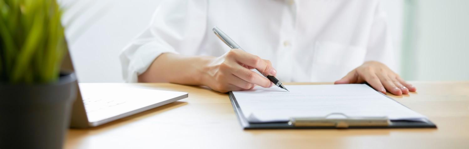 Photo d'une femme signant un document